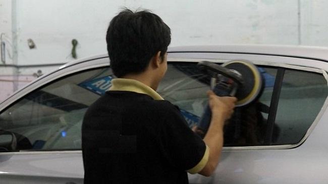 Tại sao nên đánh bóng kính ô tô?